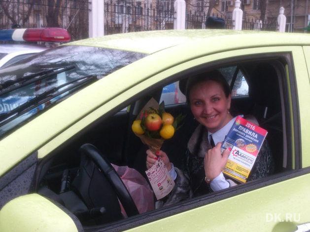 Ростовские автоинспекторы вместо штрафов раздали дамам за рулем цветочно-фруктовые букеты