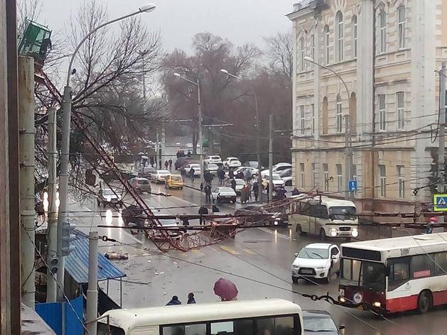 В Ростове на Карла Маркса упал башенный кран