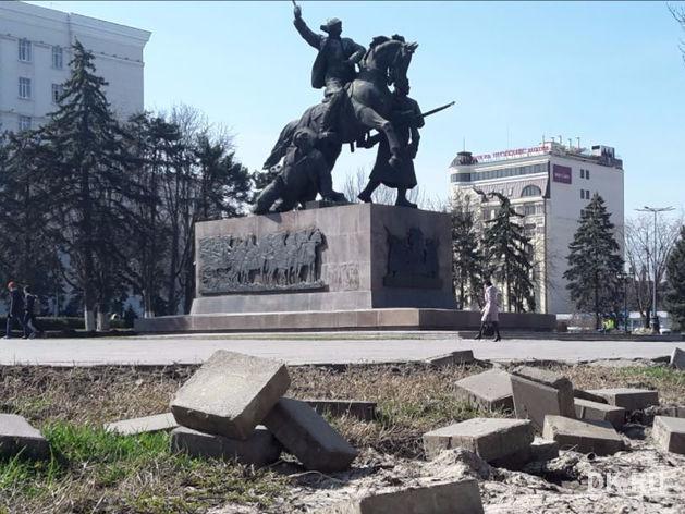 В Ростове начались демонтажные работы вокруг памятника Первоконникам