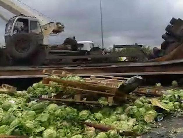 Движение на трассе М-4 под Ростовом заблокировала гора капусты
