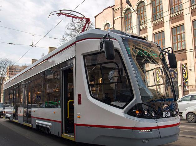 Света и Каста поздравят пассажиров ростовского трамвая