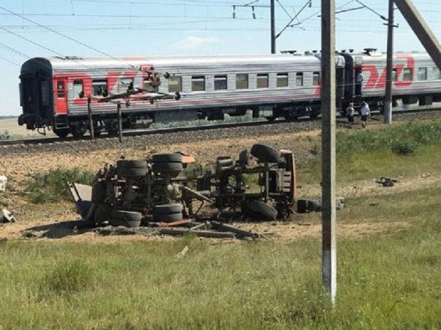 Под Ростовом пассажирский поезд протаранил грузовик